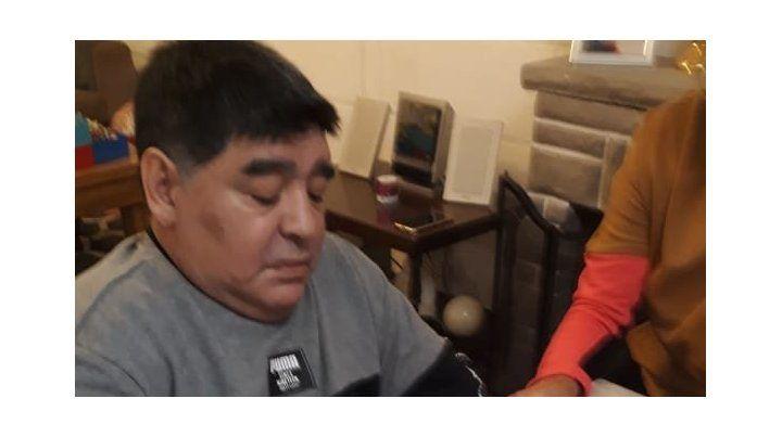 Maradona estampó su firma en una camiseta de Sportivo Urquiza