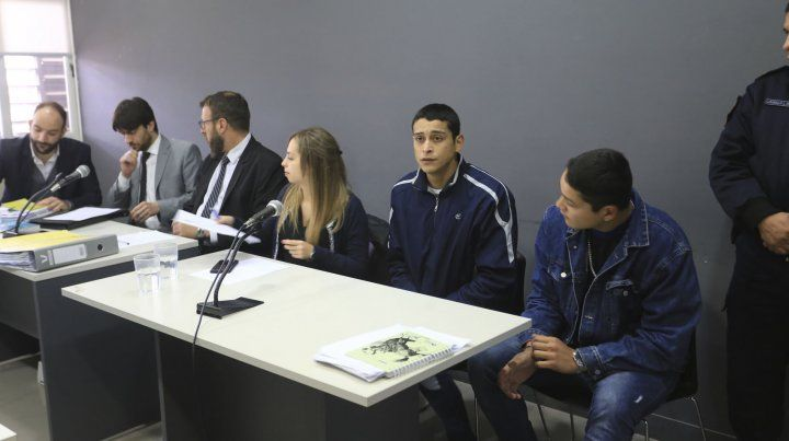 La abogada Natalia Salvatelli junto a Brian Exequiel y Alexis Siboldi.
