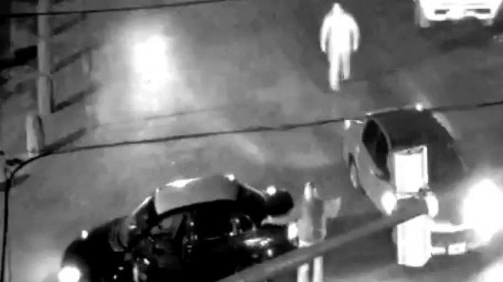 El momento en que el agresor camina para golpear al taxista.