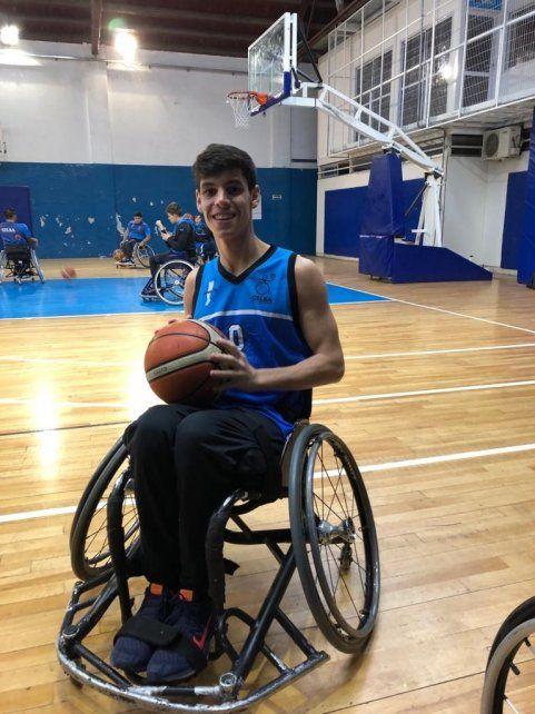 <b>En acción.</b> Fermín comenzó, en enero, a jugar al básquet adaptado en Cilsa.