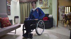 En su casa. El joven de 20 años está de vuelta en Paraná. En octubre del año pasado fue arrollado por un acoplado que le ocasionó una lesión en la médula que le impide caminar.