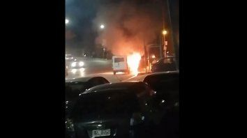 video: asi fue el incendio de la camioneta en avenida de las americas
