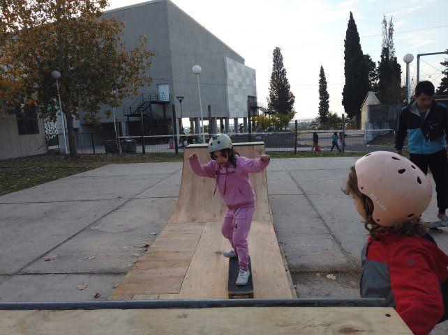 Una niña andando en el miniramp.