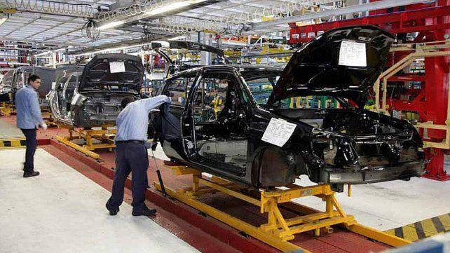 Las ventas de las automotrices bajaron 50% en un año