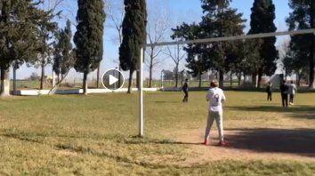 Los chicos juegan y el fumigador pasa a unos 100 metros de la canchita.