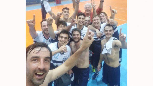 Campeones. El plantel festejó el título ganado ayer en Paraná.