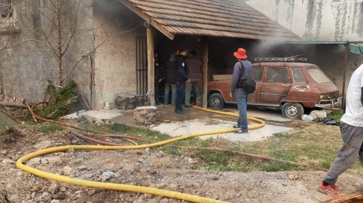 Incendio destruyó una casa y un hombre fue internado grave