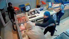 entraron a robar en la heladeria y un empleado los echo a las pinas