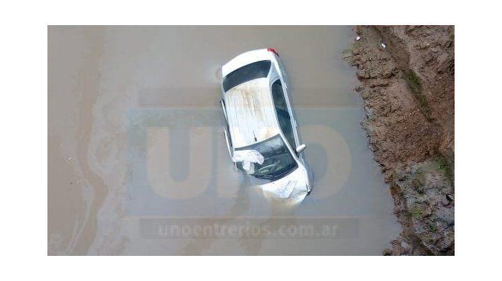 Un auto despistó y cayó dentro de un arroyo