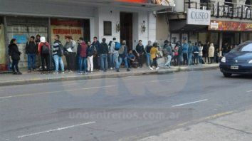 La gente hace filas a la espera de puestos de trabajo