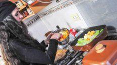 lorena smail prepara ninos envueltos en la cocina del uno