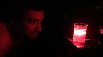 Martin Colignon mirando como reacciona el láser en las pruebas.
