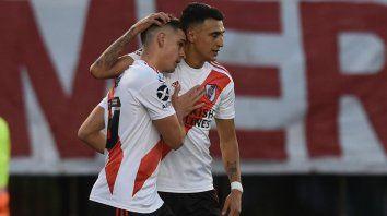 Romperredes. Suárez, que marcó dos goles, se abraza con Santos Borré, el autor del primer tanto de River.