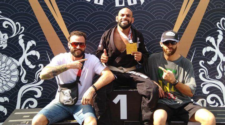 Número uno. El luchador paranaense demostró su poderío y se subió a lo más alto del podio en Brasil y con cinturón blanco. Es un gran logro para una academia que trabaja en serio.