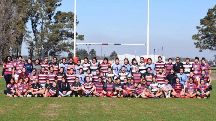 Juntas. Las jugadores de los equipos formaron para la foto antes de comenzar a jugar.