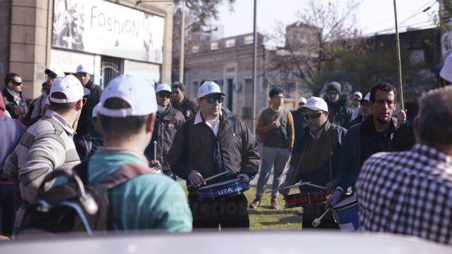 Choferes de colectivos se movilizaron y exigieron el pago de sus salarios