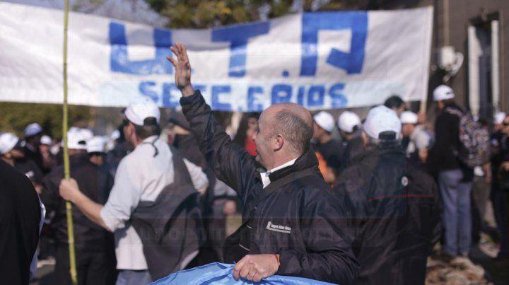 MOvilización. UTA Paraná se manifestó frente al palacio municipal y marchó luego a Casa de Gobierno.