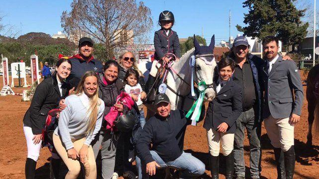 Plantilla completa. La familia de El Nogal de Paraná que estuvo en el Club Hípico de Concordia y que trajo a la capital provincial grandes resultados.