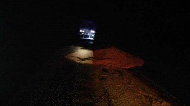 Se abrió la puerta lateral de un camión y se volcó la carga de maíz