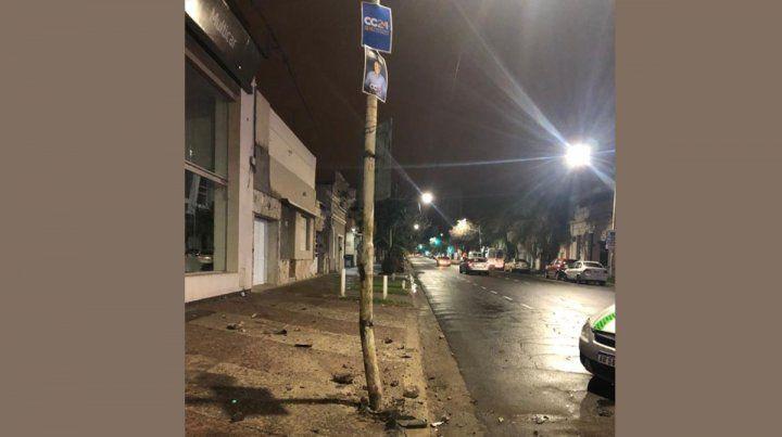 Remisero chocó contra una columna en calle Carbó
