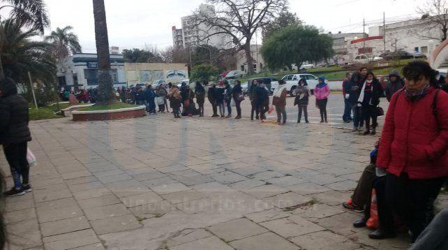 Los pasajeros llegan a la estación una hora antes y aguardan la partida del tren con destino a Colonia Avellaneda