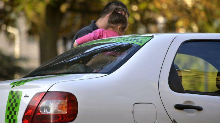 Sacarán bandas identificatorias a los remises de Paraná para evitar que levanten pasajeros en la calle