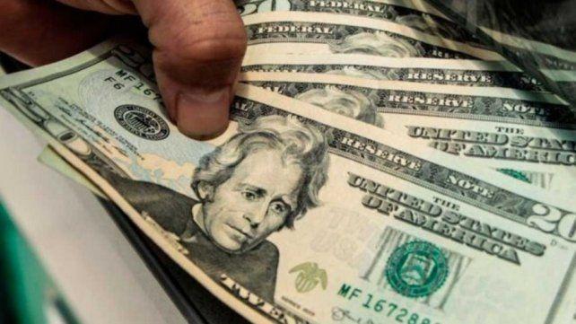 El dólar subió un peso y el riesgo país superó los 2000 puntos