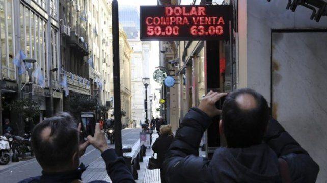 El pico. El dólar osciló entre los 63 y 65 pesos