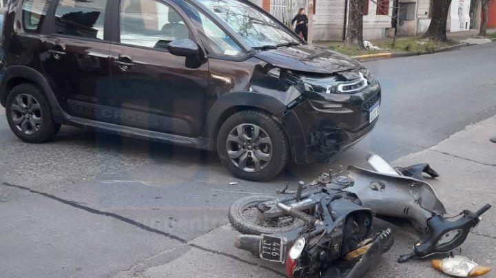 Dos personas graves tras el choque de una moto y un auto