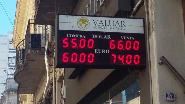 Cimbronazo. La cotización llegó a su marca histórica y luego retrocedió a 57.49 pesos.