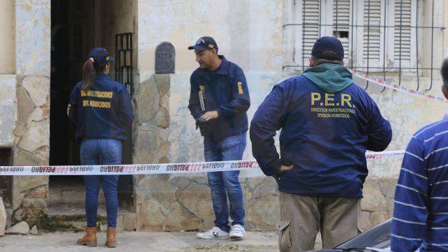 Rastros. Durante varias horas trabajaron los peritos levantando evidencias en la casa de Ameghino 59.
