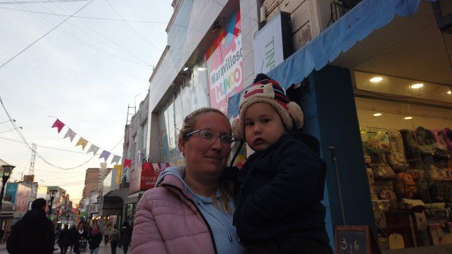 Nancy y Alexis bien abrigados para enfrentar el frío en Paraná.
