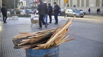Las maderitas en el tacho listas para el fuego que ayude a pasar la noche.
