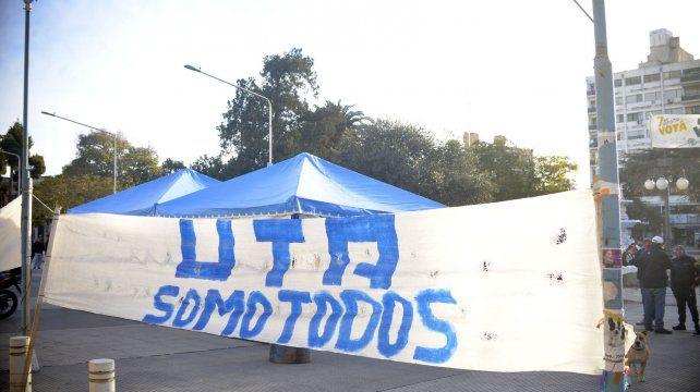 La carpa en la Plaza frente a la Municipalidad.