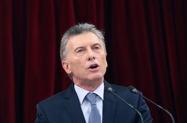 Macri congeló el precio de las naftas y eliminó el IVA de algunos alimentos