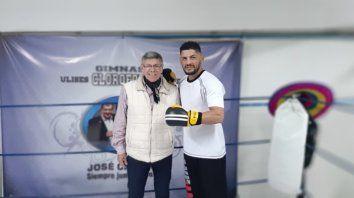 Ulises López con el representante del ex-campeón del mundo.