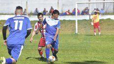 El goleador. Pato Barrios dominando la pelota ante la atenta marca del jugador Decano en Don Bosco.