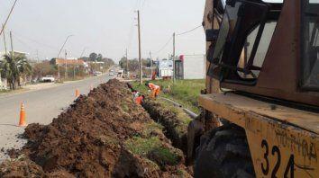 trabajan en el cierre sur del suministro de agua potable