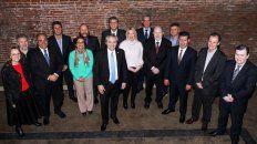 Fernández . Con los dirigentes que lo apoyaron, en una foto tomada un par de semanas antes de las PASO