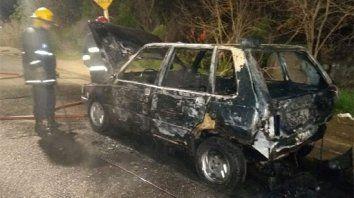 Voraz. Las llamas avanzaron muy rápido con el combustible, y los bomberos acudieron para sofocarlas.