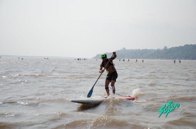 Pancho Giusti liderando el pelotón en el gran río Paraná.