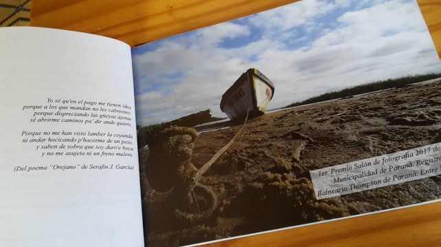 Juan Casís y un libro horizontal con añoranzas de gurí y potrero