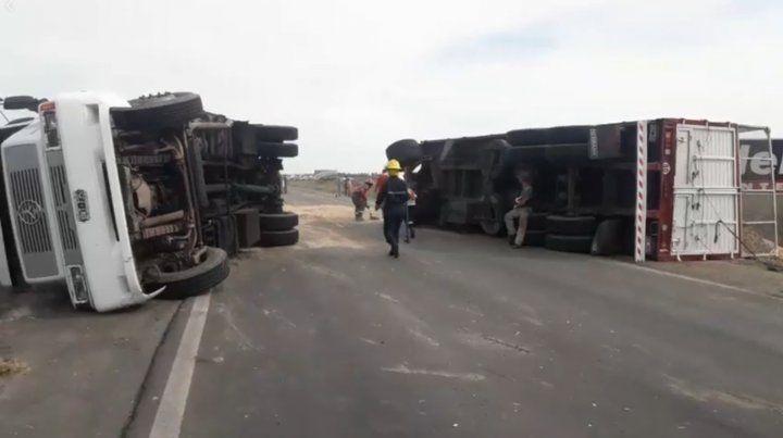 Chofer evitó chocar un auto  y volcó el camión con semi