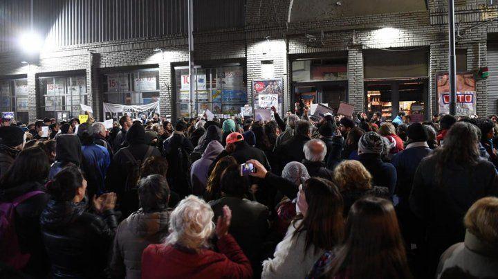 Alrededor 200 personas se manifestaron frente al supermercado de San Telmo.