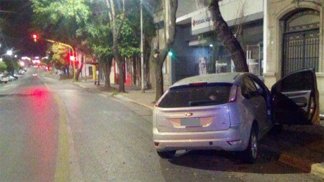 Automovilista despistó y chocó contra un árbol