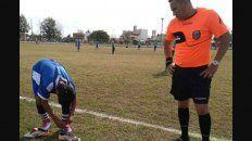 arbitro presto sus botines a jugador que los tenia emparchados