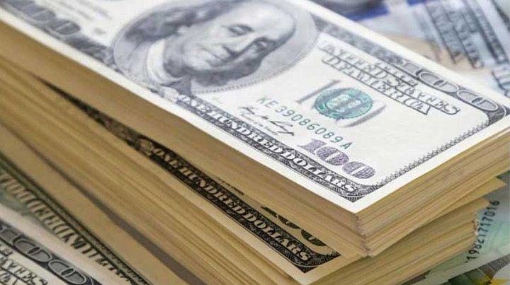 Tras las restricciones, el dólar bajó 4 pesos y cerró a 57 pesos
