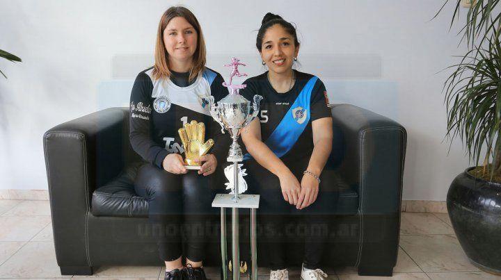 Con los premios. Eliana Fischer (a la izquierda) luce los guantes de oro. A un costado se ubica Maru Leiva y el trofeo que conquistó Don Bosco.