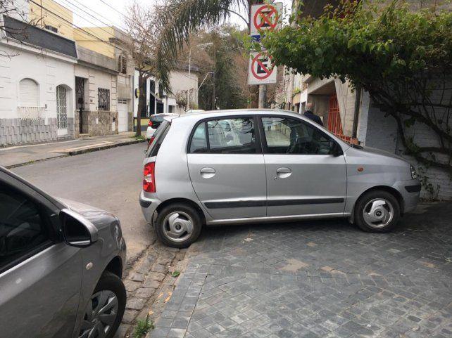 El auto en la vereda.