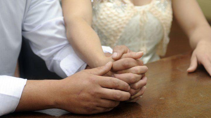 Los casamientos se adaptan a la crisis, pero las tarjetas no bajan de 1.500 pesos